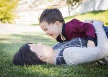 获得中国的母亲与她的混合的族种小儿子的乐趣 免版税库存图片