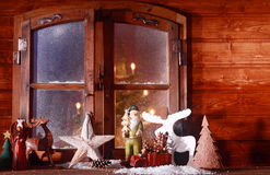 欢乐圣诞节原木小屋窗口 免版税库存图片