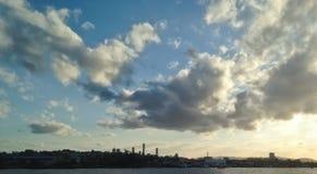 布里斯班河沿在晚上日落天空下 免版税库存照片