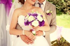Жених и невеста пар свадьбы держа руки Стоковые Изображения RF
