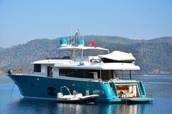 小船的蓝色风平浪静 免版税库存图片