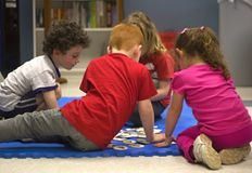 小组孩子在一个学习的过程中 免版税库存图片