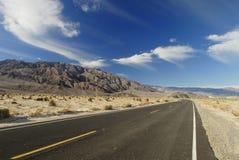 在沙漠高速公路莫哈韦沙漠间 免版税图库摄影