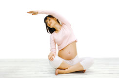 怀孕,健身,体育概念-愉快的孕妇 免版税库存图片