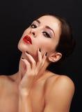 有明亮的红色嘴唇的美丽的性感的构成妇女和黑色修剪钉子 免版税库存图片