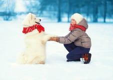 Χριστούγεννα, χειμώνας και έννοια ανθρώπων - αγόρι και σκυλί Στοκ Φωτογραφίες