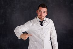 一件白色褂子的人 免版税图库摄影