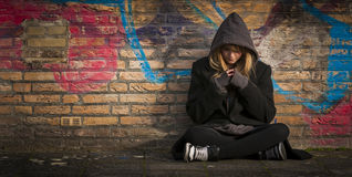 Συνεδρίαση παιδιών μόνη και που σκέφτεται Στοκ Εικόνες