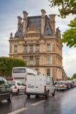 法国巴黎 雨天,罗浮宫门面  免版税库存照片