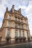 雨天,罗浮宫门面,巴黎 免版税库存图片
