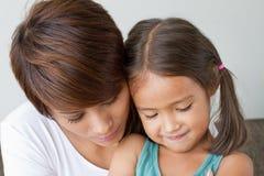 Дочь утешенная ее заботя матерью Стоковое Фото