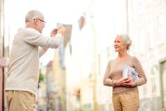 Ανώτερο ζεύγος που φωτογραφίζει στην οδό πόλεων Στοκ Εικόνες