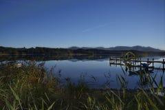 一个小平静的湖 免版税库存照片