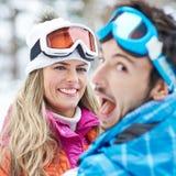 夫妇获得乐趣在滑雪旅行假日 库存照片