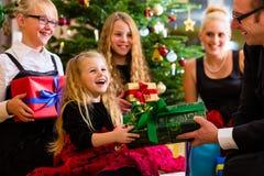 与礼物的家庭在圣诞节 免版税库存图片