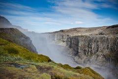 黛提瀑布瀑布在冰岛在蓝色夏天天空下 免版税图库摄影