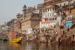印度香客洗圣洁浴 免版税库存照片