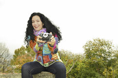 Девушка брюнет чувственная с старой камерой фото на фильме, фотографируя Стоковая Фотография RF