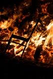 烧在盖伊・福克斯夜篝火的椅子 免版税库存照片