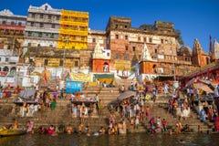 印度香客在河恒河洗圣洁浴 免版税库存照片