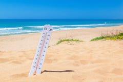在海滩的热 温度的温度计 免版税库存图片