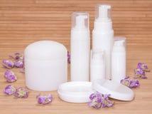 打开瓶子奶油和其他身体关心化妆用品与花 库存图片