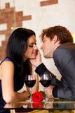 年轻愉快的夫妇浪漫亲吻的日期与 免版税库存图片
