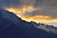 在山顶部的美好的早晨光在北巴基斯坦 库存照片