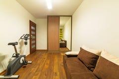 白色和棕色卧室内部 库存图片