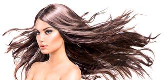 有长的吹的头发的式样女孩 免版税库存图片