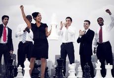 商人庆祝赢取的下棋比赛概念 免版税库存图片