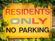陈述黄色,红色和黑的标志居民仅禁止停车 免版税图库摄影