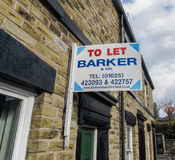 Жилой позволить арендным агентам по продаже недвижимости взойти на борт на каменной террасе Стоковое фото RF