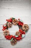 在白色木背景的圣诞节花圈 库存图片