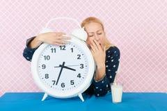 中部年迈的妇女以失眠 免版税图库摄影