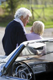 成熟夫妇后面看法乘汽车在乡下 库存图片