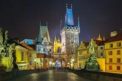 查理大桥在布拉格(捷克)夜照明设备的 库存图片