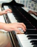 执行在古典钢琴的钢琴演奏家的手 免版税库存图片