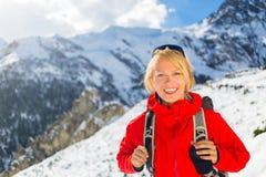 妇女远足者走在喜马拉雅山山的,尼泊尔 免版税图库摄影