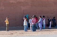 等待公共汽车的摩洛哥学校孩子 库存照片