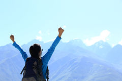 欢呼远足妇女享受美丽的景色在山峰在西藏,瓷 免版税库存图片