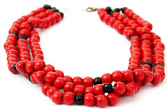 Красный цвет при черное вышитое бисером ожерелье, изолированное на белизне Стоковые Фотографии RF