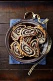 圣诞节的罂粟种子果馅奶酪卷,切(波兰) 免版税图库摄影