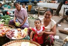 Продавец улицы на рынке Янгона на Мьянме Стоковое фото RF