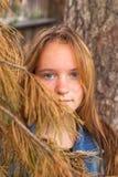 年轻美丽的女孩在杉木森林里 免版税图库摄影