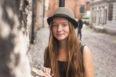 老镇的街道的俏丽的女孩 图库摄影