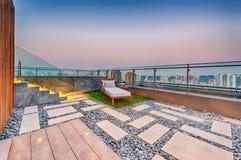 与极可意浴缸和太阳懒人的屋顶大阳台 免版税图库摄影