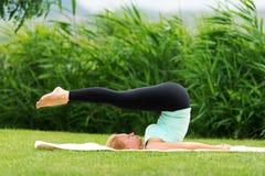 执行执行女子瑜伽年轻人 免版税库存图片