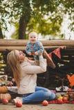 使用在围场的母亲和儿子在村庄 免版税库存照片