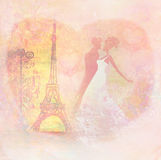 浪漫夫妇在亲吻在埃佛尔铁塔附近的巴黎 免版税库存照片